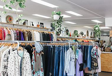 Bekleidungsgeschäft: Greenpeace hat die acht wichtigsten Siegel für ökologische Kleidung untersucht und bewertet.