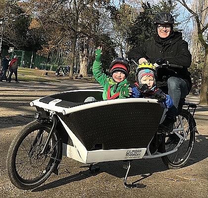 Mit dem Elektro-Lastenrad bewegt sich Familie Eickelpasch aus Frankfurt am Main am schnellsten und günstigsten durch die Stadt.