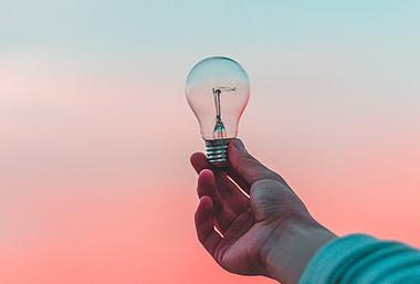 Eine Glühbirne: Tipps zum Kauf von LED-Lampen.