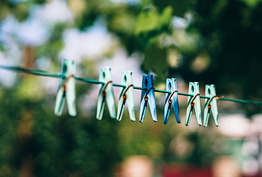 Wäsche an der Luft trocknen: Bei Haushaltstätigkeiten, wie Wäschewaschen, kann mit ein paar Tricks viel Energie gespart werden.
