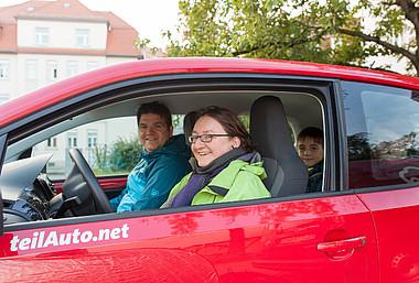 Eine Familie im Auto des Carshairng-Anbieters teilAuto.net