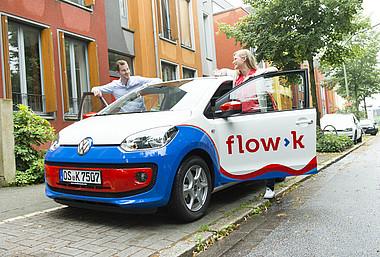 Carsharing: Zwei junge Menschen mit einem stadtteilauto der Stadtwerke Osnabrück