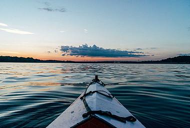 Kanu auf dem See: Für einen Kurzurlaub muss es nicht immer Italien sein. Viele Ziele liegen nur eine Bahnfahrt entfernt.