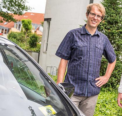Der Klimaschutzmanager der Gemeinde Wallenhorst Stefan Sprenger beim Carsharing