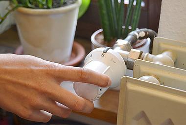 Um Ihr altes Thermostat abzumontieren, stellen Sie es auf die höchste Stufe.