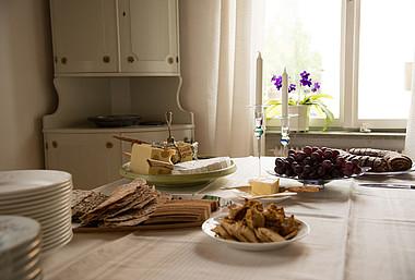 Frühstückstisch: Fleisch, Butter und andere tierische Produkte belasten in der Regel das Klima mehr als pflanzliche Produkte.