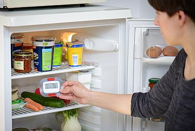 Mit einem Thermometer lässt sich die Temperatur im Kühlschrank überprüfen und Energie sparen.